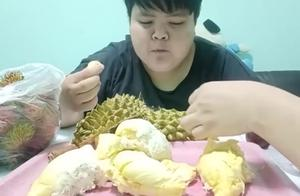 泰国小胖吃榴莲,这榴莲肉厚核小,看着都馋了
