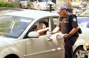 交警公然索要小费,你不意思意思?那就不好意思了,送你罚单一张