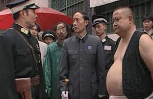 胖子衣衫不整还敢辱骂县长,县长立马把他抓起来,谁料胖子是司令