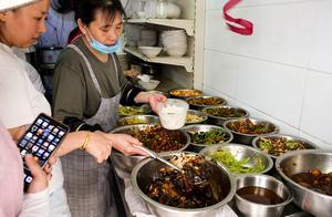 徐州大姨做浇饭,16盆菜顾客疯狂排队!价钱不透明,想吃等俩小时