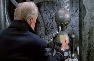 都知道剪刀手爱德华,但谁注意到,这一幕才是爱德华诞生的原因
