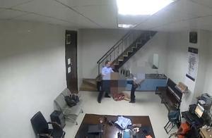 男子强闯车站辱骂民警,亲姐姐上前劝阻,竟遭他踹飞几米远!