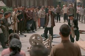 男子不捐钱遭流氓暴打,却还想加入流氓队伍,结果被流氓一脚踢走