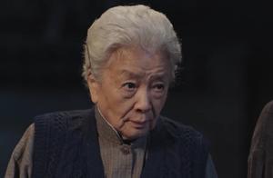 村主任想把电视占为己有,竟和小孩起冲突,不料奶奶一出马厉害了