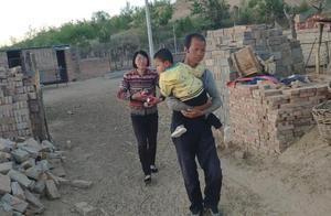 偏僻村落3岁小孩高烧不退,爷爷抱着孙子要进城,全家人心里难过
