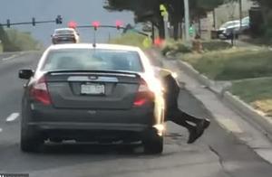 时速112公里!夫妻两人疑吵架,妻子一脚油门欲跑路丈夫却挂车外