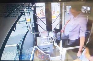 河南郑州:疑似外籍小伙公交车上发飙推司机 报警后跳窗逃跑