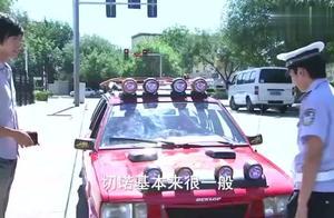 男子私自改装机动车上路,被交警挡住,交警上车后却爱上了改装车
