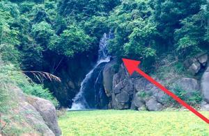 广东梅州河源交界的大山,一男子发现一瀑布,至今无人开发的!