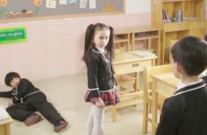 霹雳火:蓝妞在班里被欺负,暴力小妞上场,一个人打翻四个男生