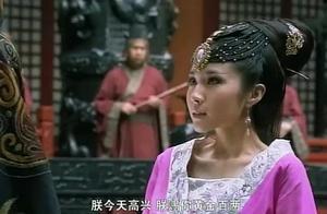 美女皇上面前起舞不慎摔跤,皇上不仅不责任怪她,还想留她在身边