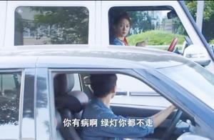 女子开车半天不肯走,交警上前盘问,开口第一句话差点笑喷!