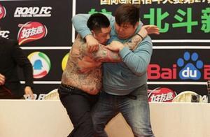 中韩硬汉发布会大打出手,敖日格勒被惹毛台上暴打怒砸KO金在勋!