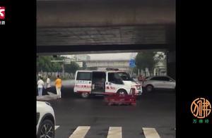 实拍越野车与电动三轮车相撞,1人被撞击力弹飞当场死亡
