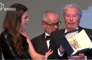 83岁阿兰·德隆获颁戛纳电影节荣誉金棕榈奖,女儿为其颁奖