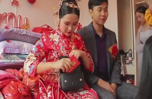 贵州农村婚礼,新娘真是个小财迷,还没结束就着急拆红包了!