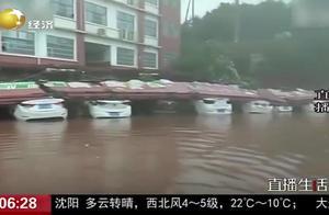 江西宜春:学校围墙在暴雨中倒塌,并排停放的11辆车全部被砸