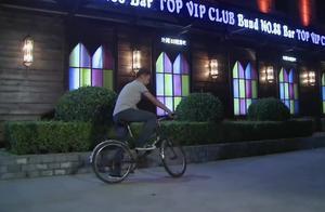 男子骑着破自行车接妻子下班,却看见妻子上了富二代的车,心碎