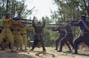 三名东北军偶遇鬼子,那小鬼子正欺负百姓,结果被三人暴打并绑住