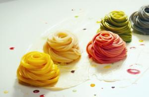 大厨做了一碗面条,五种颜色五种口味,却被评委给了差评