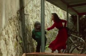 女孩放学回家,看到红衣女子后疯狂逃跑,竟是不想让其回家!
