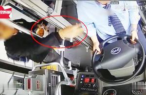公交上因买票起冲突,男子向司机脸上洒臭豆腐汤