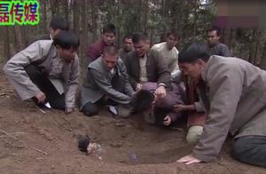 姑娘被鬼子摧残后被埋,一帮人奋力寻找一夜,弟弟看到后哭成泪人