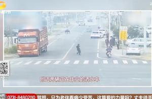 有惊无险!大货车货物突然自燃,过路洒水车变身消防车及时救火