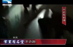 男子在骚扰女性时被群众抓着,听说要报警处理后,男子下跪求饶