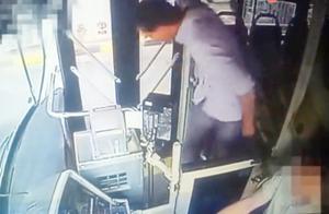 外籍乘客坐过站摔瓶子大声吼叫司机 司机冷静解释:不到站 不开门