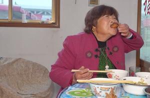 农村儿媳做好饭,出锅后婆婆不顾形象急忙上手啃,啥美食这么馋人