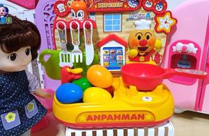 水池里五彩缤纷奇趣蛋玩具小女孩拆得好开心停不下来