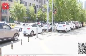 西安雁塔区东泰巷车辆违停占盲道,周边车位不足成难题