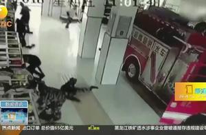 """天津:消防员出警4连滑,""""全网通缉""""的拖地小哥找到了"""
