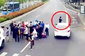 监拍:浙江一男子路中央围观车祸 离开时不慎被轿车撞倒受伤