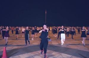 顺能广场舞《马上有钱》百人动感齐跳,飘逸的舞姿,动感十足。