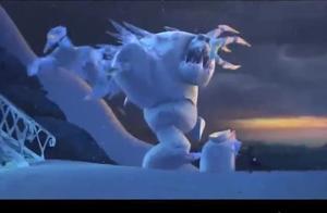 冰雪奇缘:雪怪为了保护女王艾莎,被砍断一条腿后不慎跌落山崖!
