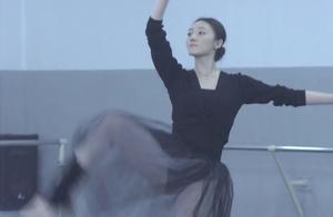 美女跳芭蕾,众人看呆了,教练不停鼓掌!