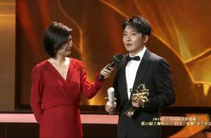 郭京飞获得白玉兰最佳男配角上台领奖,还不忘调侃黄渤和鹿晗