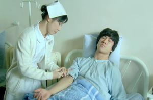 恶毒护士不给小费就暴力打针,癌症小伙疼得受不了