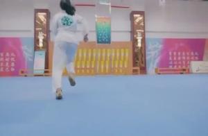 旋风少女:美女在空中使出旋风三连踢,这姿势太酷了
