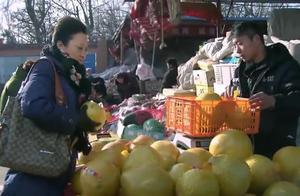 大妈买柚子一顿忽悠,三块钱买了一个,小伙一脸懵逼!