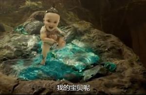 小孩一出来就说要找宝贝,真是个小财迷,太可爱了!