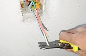 带电接线,火线零线千万不要随便接,告诉你:老电工都是这样接的