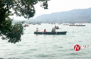 大爷到杭州西湖旅游,看到景色太美,情不自禁的在西湖边唱了起来