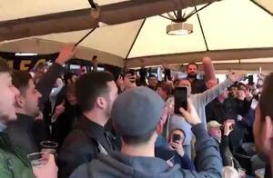 逆转晋级!热刺球迷在阿姆斯特丹街头高歌