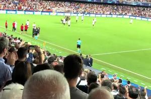 球迷现场手机实拍欧冠c罗被罚下时边拍边笑,全场为c罗齐喊口号!