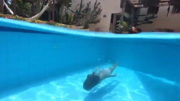 如何在游泳池潜水