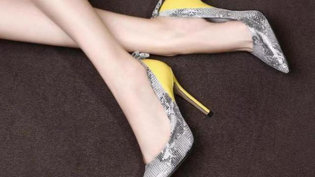 有知道一双水晶跟黑色的高跟鞋吗听说是阿依莲的
