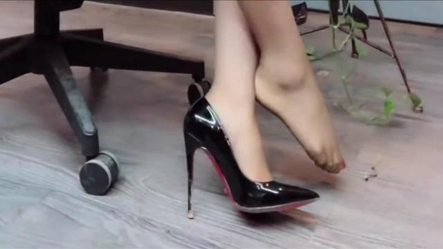 穿12厘米的高跟鞋怎么走路跟很细